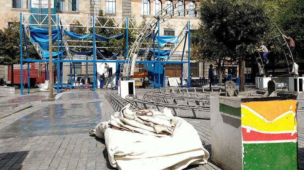 Exposición de belenes en la Plaza de Trascorrales.Los chiringuitos de San Mateo en pleno montaje