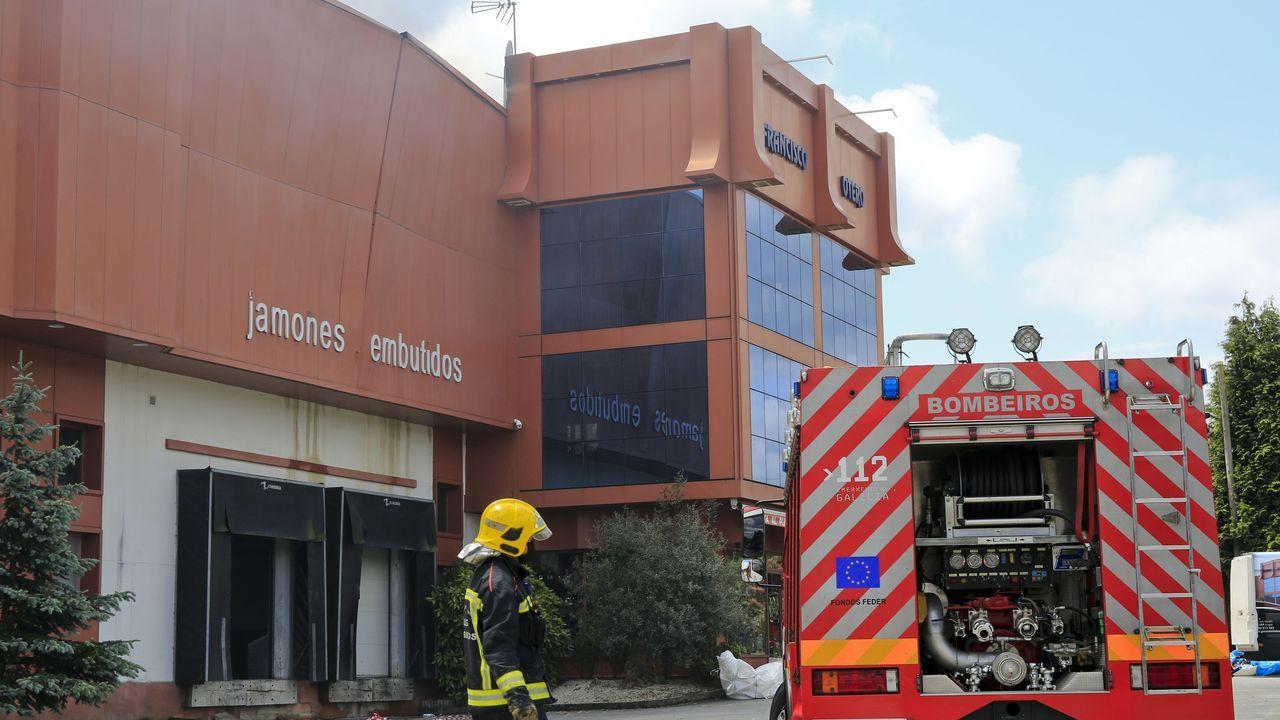 Las empresas de gas y electricidad trabajan para restablecer el servicio después del incendio de una vivienda en pleno centro de Vilalba.Las labores de extinción se alargaron hasta la tarde del domingo, más de 24 horas después del inicio del incendio