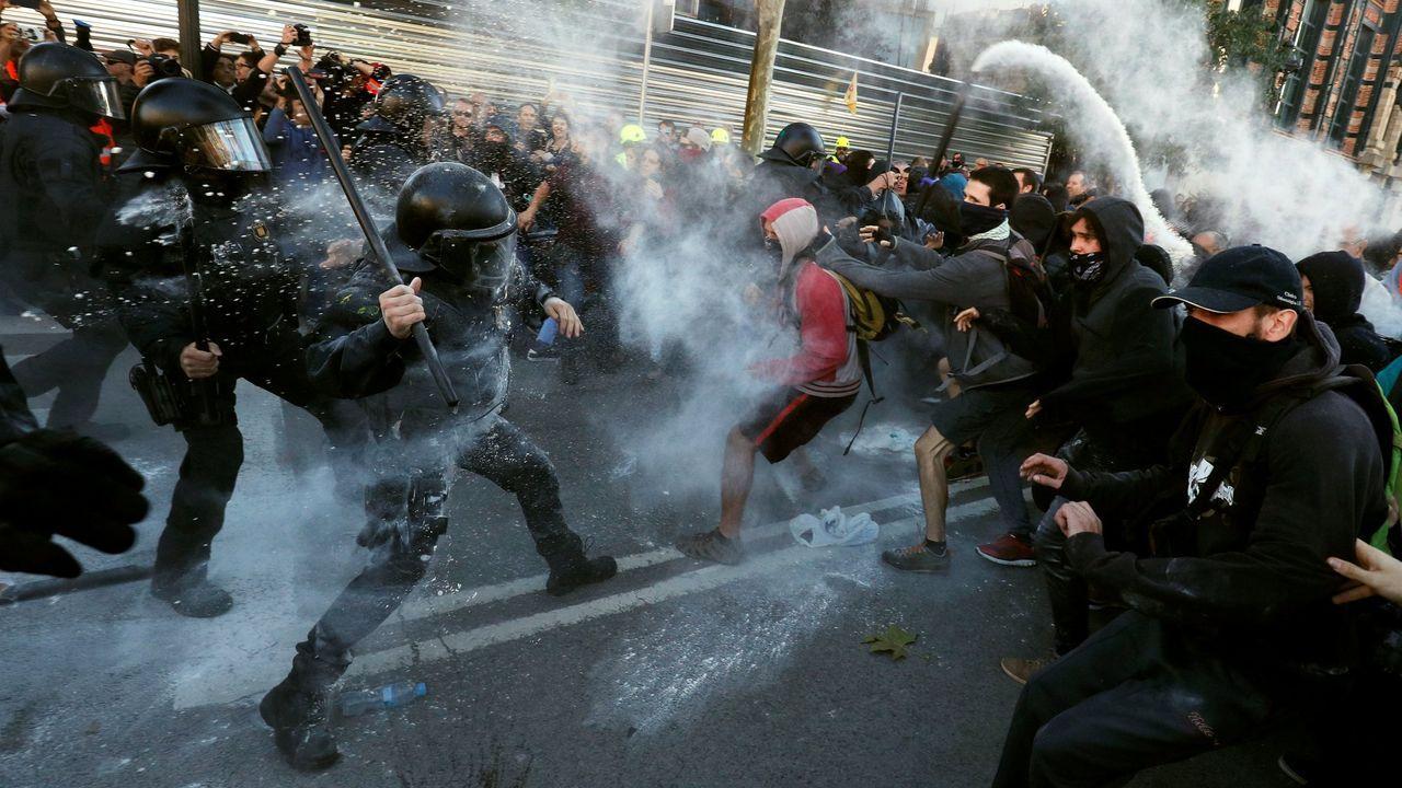 Los Mossos cargan contra un grupo de los CDR durante una manifestación en Barcelona