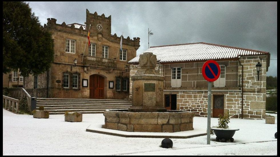 | EFE.El exsecretario general de UGT Asturias, Justo Rodríguez Braga (d), acompañado de su abogado, al inicio de su comparecencia en la comisión de investigación del uso de fondos de formación por parte de UGT Asturias que se celebra en la Junta General del Principado.