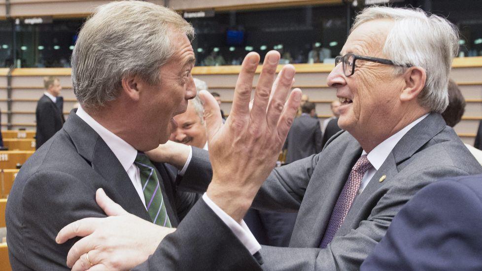 Juncker a Farage: «¿Por qué está usted aquí?».Concentración de las víctimas en el segundo aniversario del accidente