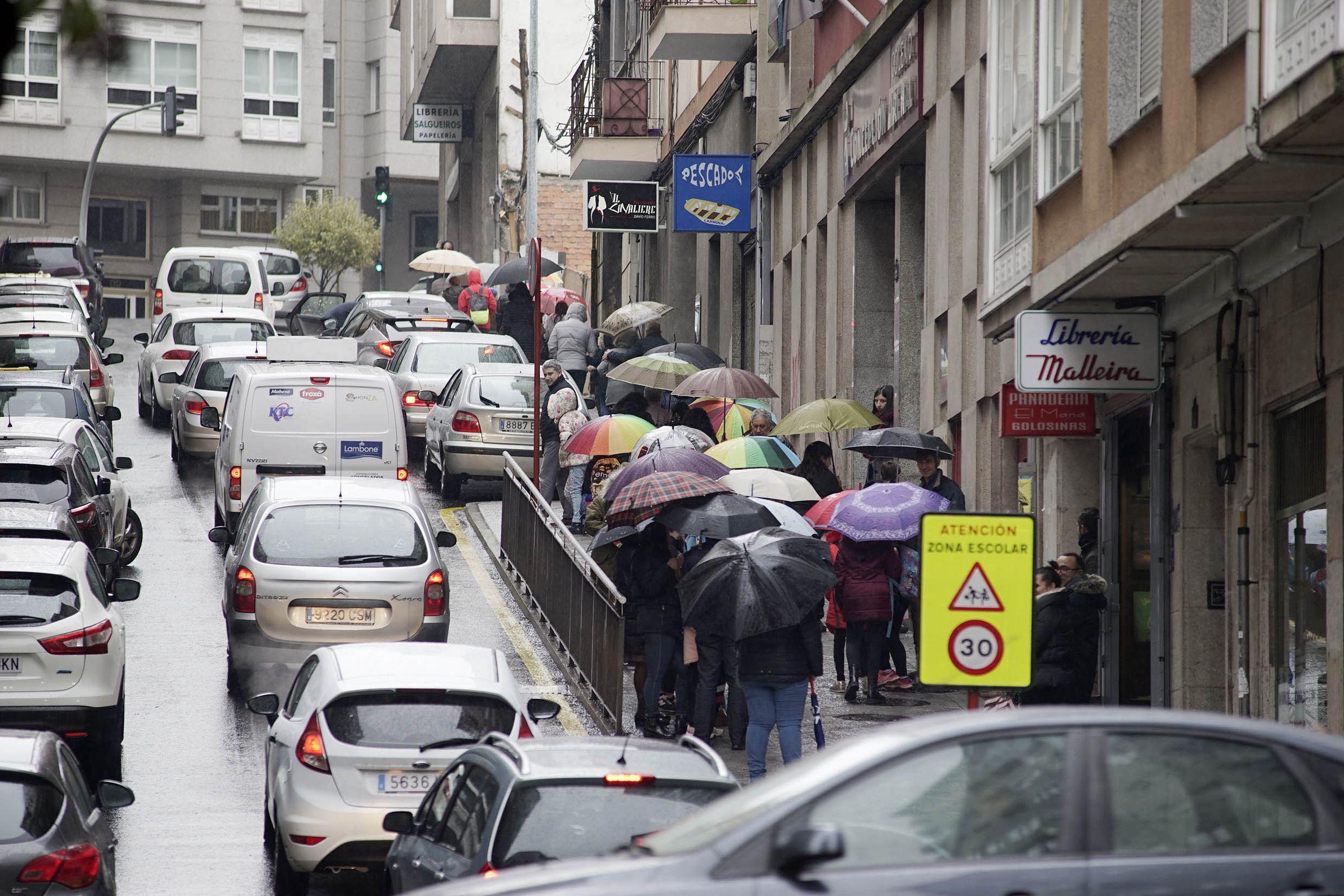 OURENSE: En días de lluvia los atascos son especialmente llamativos alrededor de colegios como el Concepción Arenal