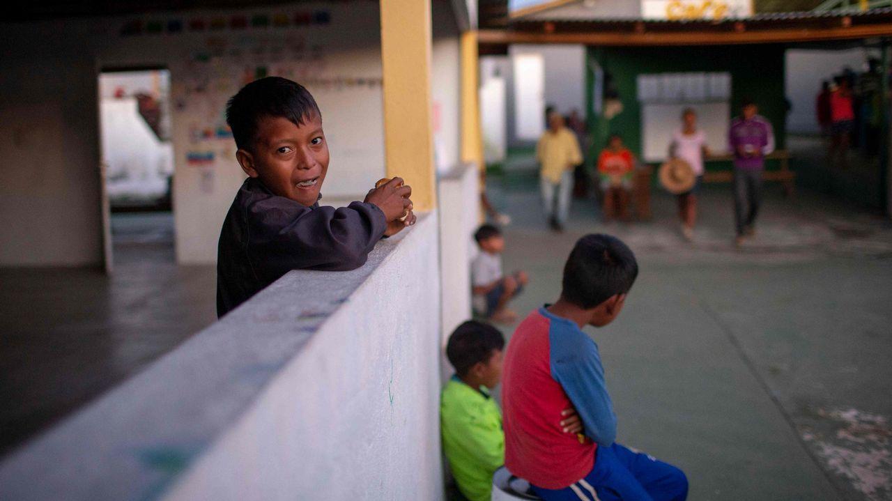 Un niño venezolano desayuna en la parroquia del sacerdote español José López Fernández de Bobadilla en Pacaraima, Roraima, Brasil