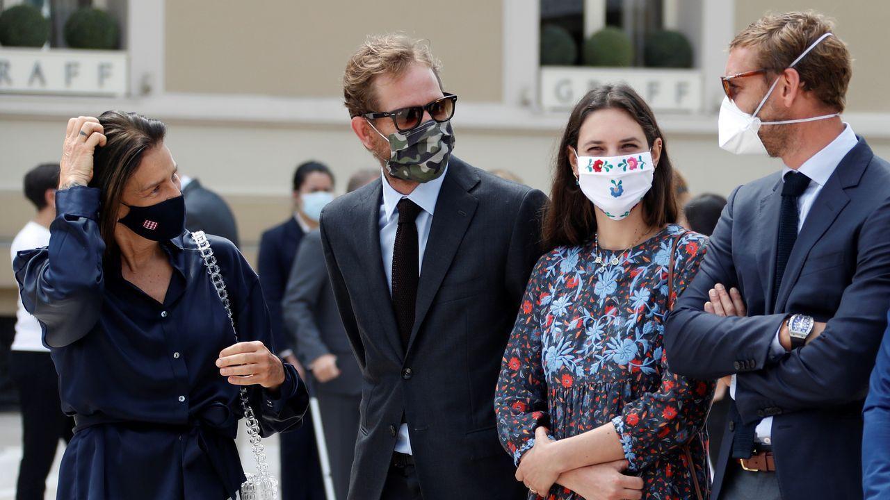 Un grupo de pasajeros consulta los vuelos en el Aeropuerto de Asturias.La princesa Estefanía, Andrea Casiraghi, Tatiana Santo Domingo y Pierre Casiraghi