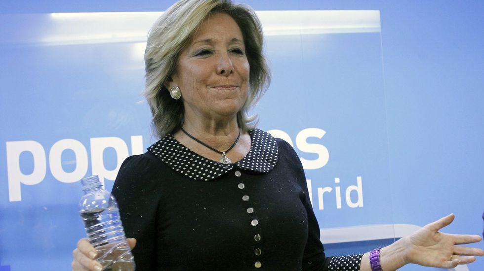 Preferentistas cercan a un exmiembro de la comisión de control de Caja Madrid.Matía Amat abandonando la Audiencia Nacional