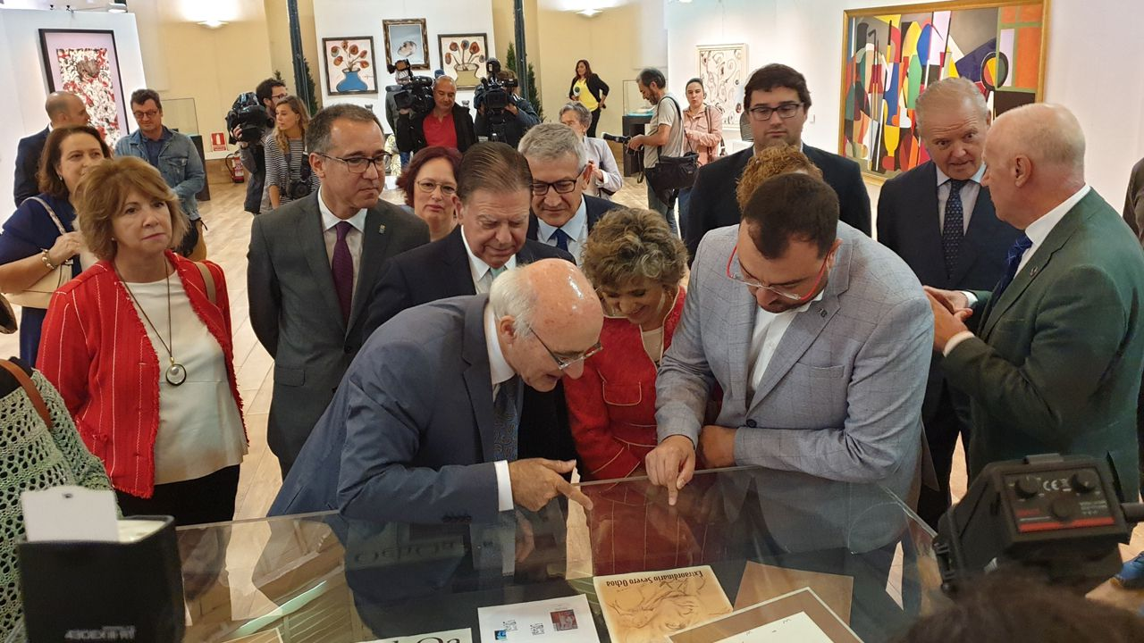 Visita de la ministra de Sanidad y el presidente del Principado a la muestra sobre el 60 aniversario del Nobel a Severo Ochoa
