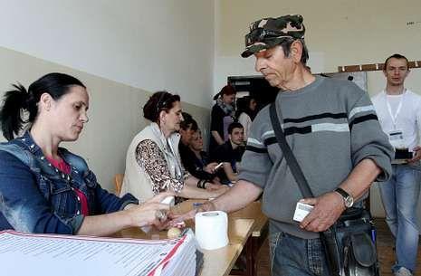Un hombre serbio vota en las elecciones parlamentarias en la parte kosovar de Mitrovica.