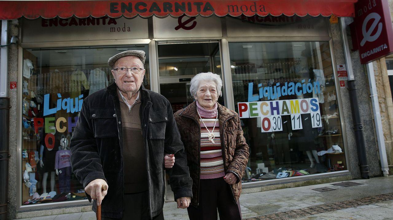 ¡Mira aquí as imaxes do acto de Barbantia en Rianxo!.Juan Carlos Quer, acompañado de sus abogados, señala al cielo en recuerdo a su hija, tras conocerse el veredicto de culpabilidad