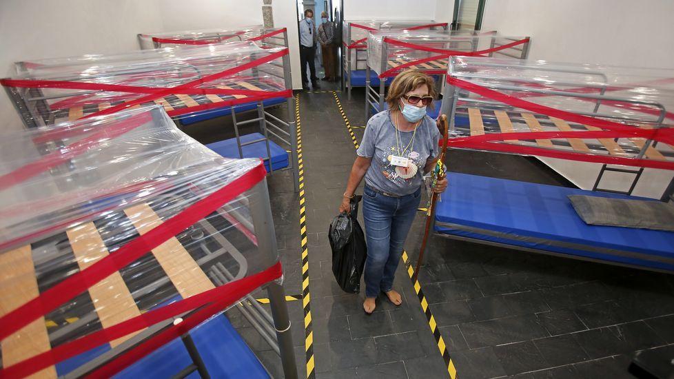 Nuevo protocolo para la recepción de peregrinos en los albergues del Camino de Santiago. Existe una separación entre las literas con un circuito marcado