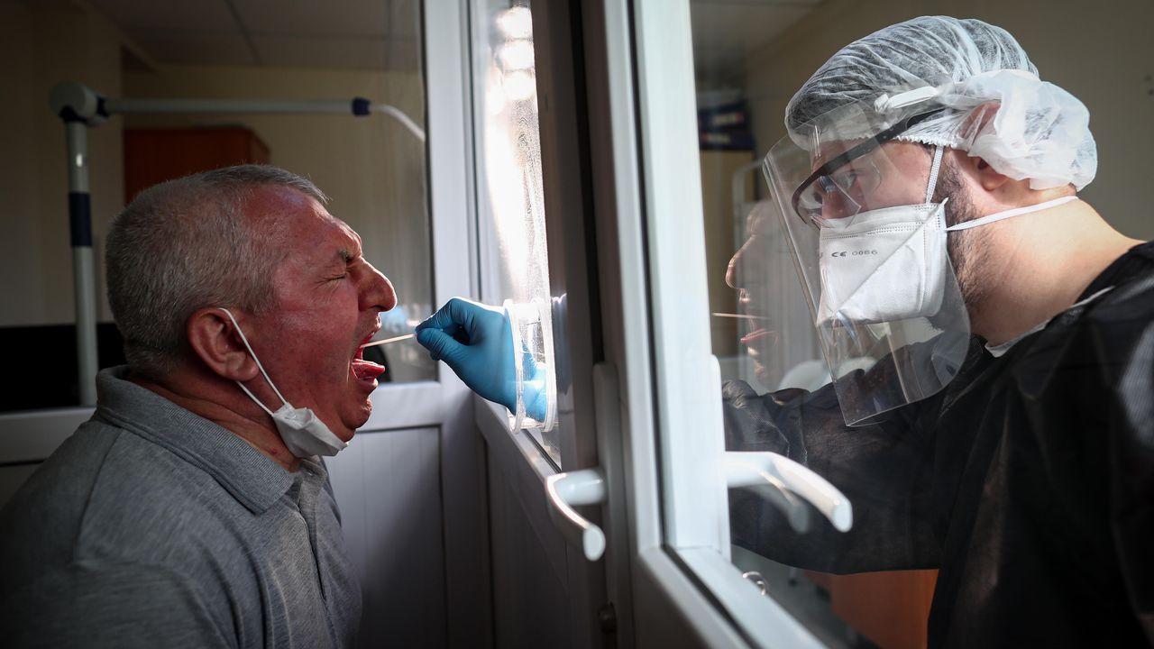 En Turquía intentan reducir al máximo los riesgos de los sanitarios a la hora de hacer pruebas de covid a los pacientes