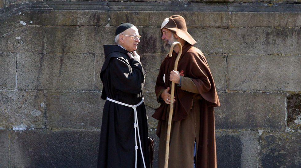 Charlando junto al padre Isorna (2003).