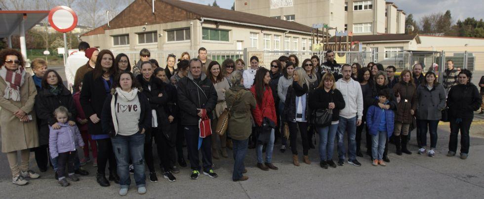Un grupo de padres se concentró ante el colegio de A Rabadeira antes de la reunión.