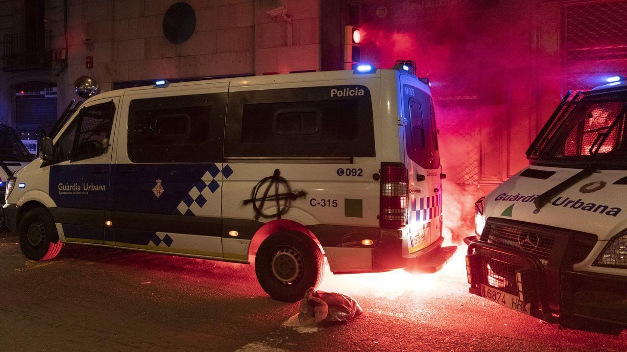 Los manifestantes intentaron quemar un furgón policial con agentes dentro