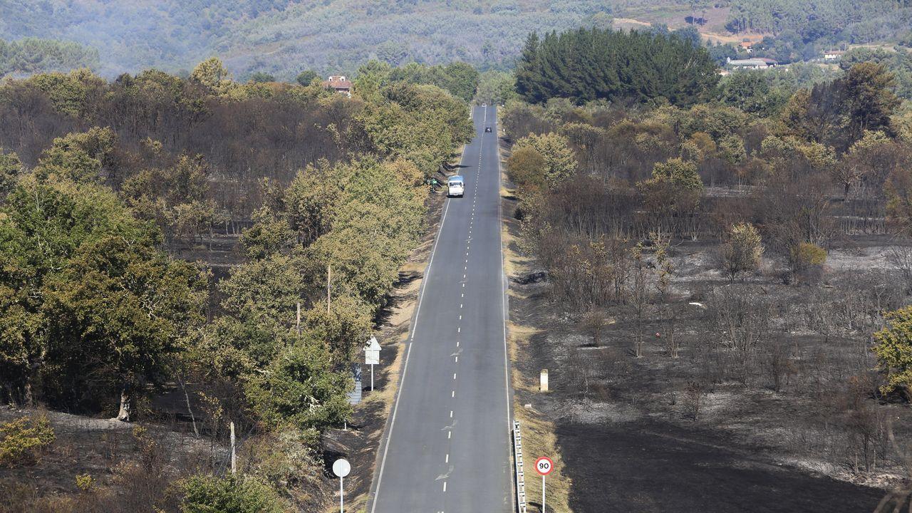 El fuego cercó la carretera por ambos lados entre Tor y Seoane