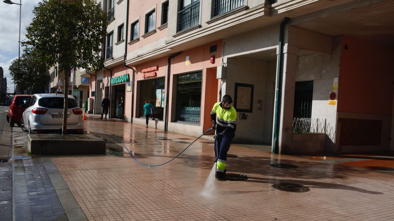 Limpieza de calles en el entorno de la avenida de Vigo de Pontevedra