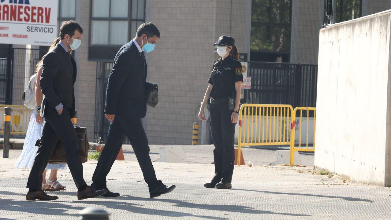 El exmayor de los Mossos d'Esquadra, Josep Lluís Trapero, seguido de su abogado, a su llegada este lunes a la Audiencia Nacional