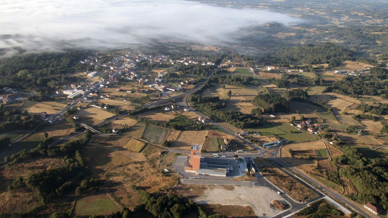 Vista aérea de Taboada, con el polígono industrial y una fábrica de piensos en primer término