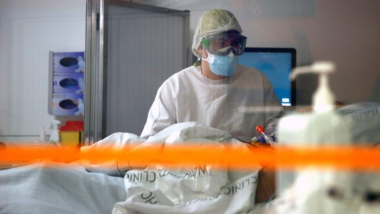 Profesionales sanitarios trabajan en una de las UCI del Hospital Clínic de Barcelona para pacientes covid