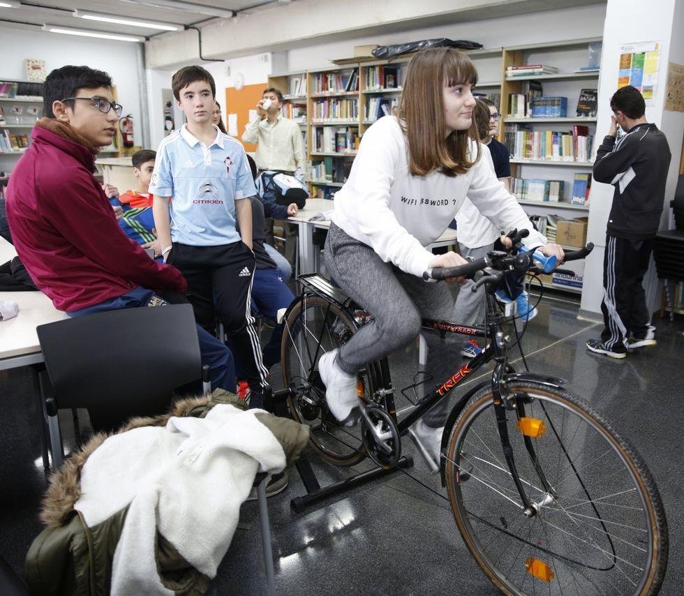 Dinamarca y Suiza son los países más felices del mundo.Los alumnos se turnan en la bici en el plan para pacificar países.