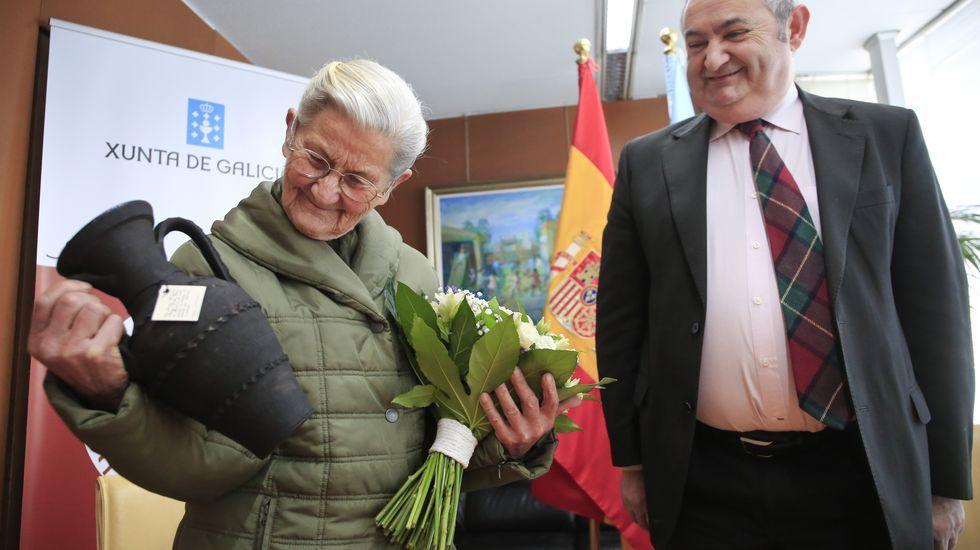 El último single de Alberto & García.Benedicta Sánchez, con una jarra de Gundivós que le entregó el delegado territorial de la Xunta en Lugo en un homenaje en Lugo el pasado dia 3