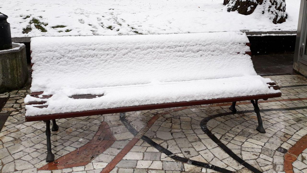 Nieve en Oviedo.La nieve cubre por completo los bancos del paseo del Parque San Francisco