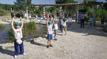 Niños pequeños en una actividad sobre el día del medio ambiente