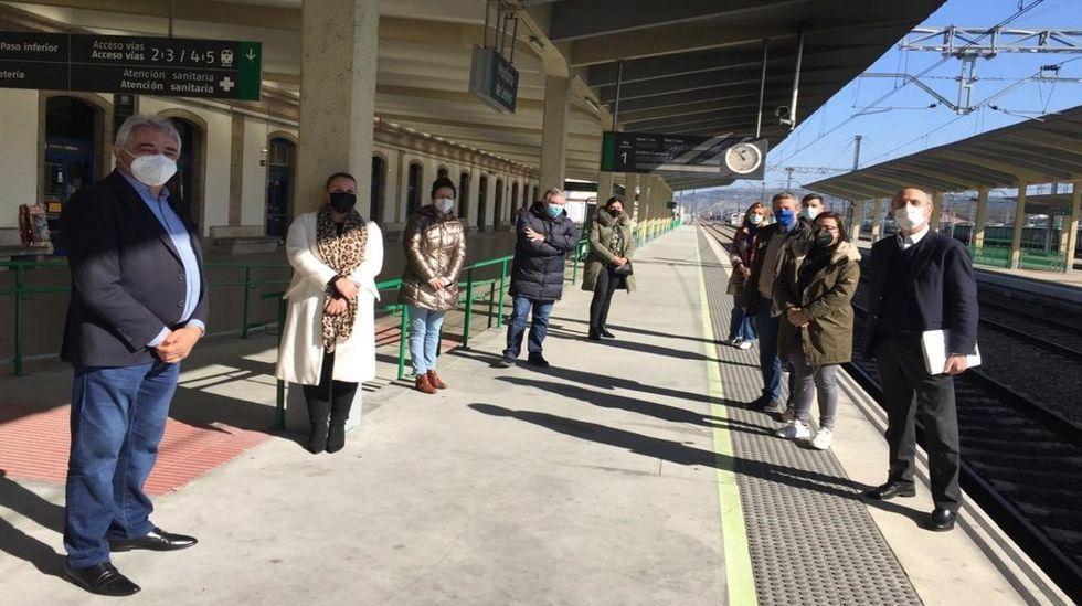 Diputados y senadores del PP, en la rueda de prensa en la estación de Monforte
