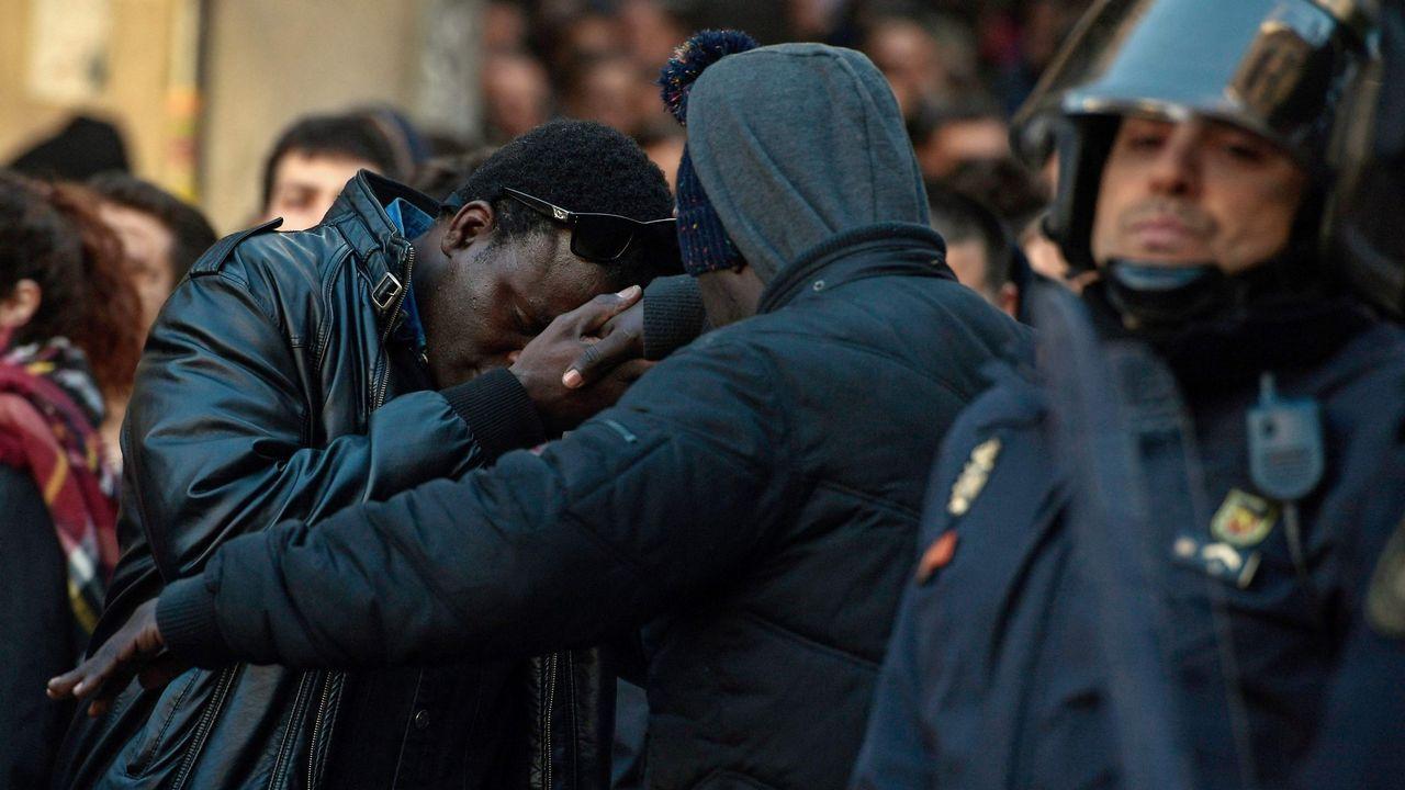 Bescansa: ?El borrador no era conocido por Errejón ni por mí en su redacción?.Los asistentes a la rueda de prensa del Sindicato de Manteros de Madrid y la Asociación de Sin Papeles de Madrid, guardan un minuto de silencio por Mame Mbaye, fallecido el pasado mes de marzo