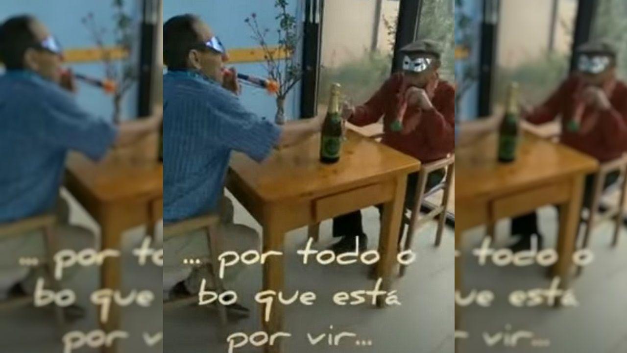«Eu vou de superfeirón, ¿e ti?».Una captura del vídeo lleno de humor y vitalidad con el que los residentes de San Vitorio de Baralla celebran no tener ningún infectado