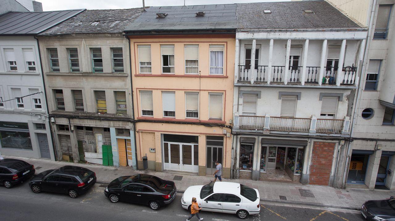 La vivienda ocupada es la segunda por la izquierda. El miedo hizo que se tapiasen otras casas (derecha)