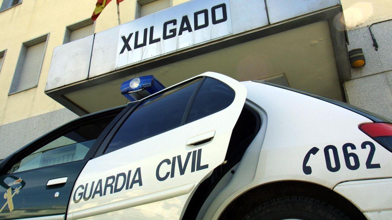 Piden alternativas al puente de Uriz, cuyo tonelaje está limitado.Un coche de la Guardia Civil, frente al juzgado de Chantada en una fotografía de archivo