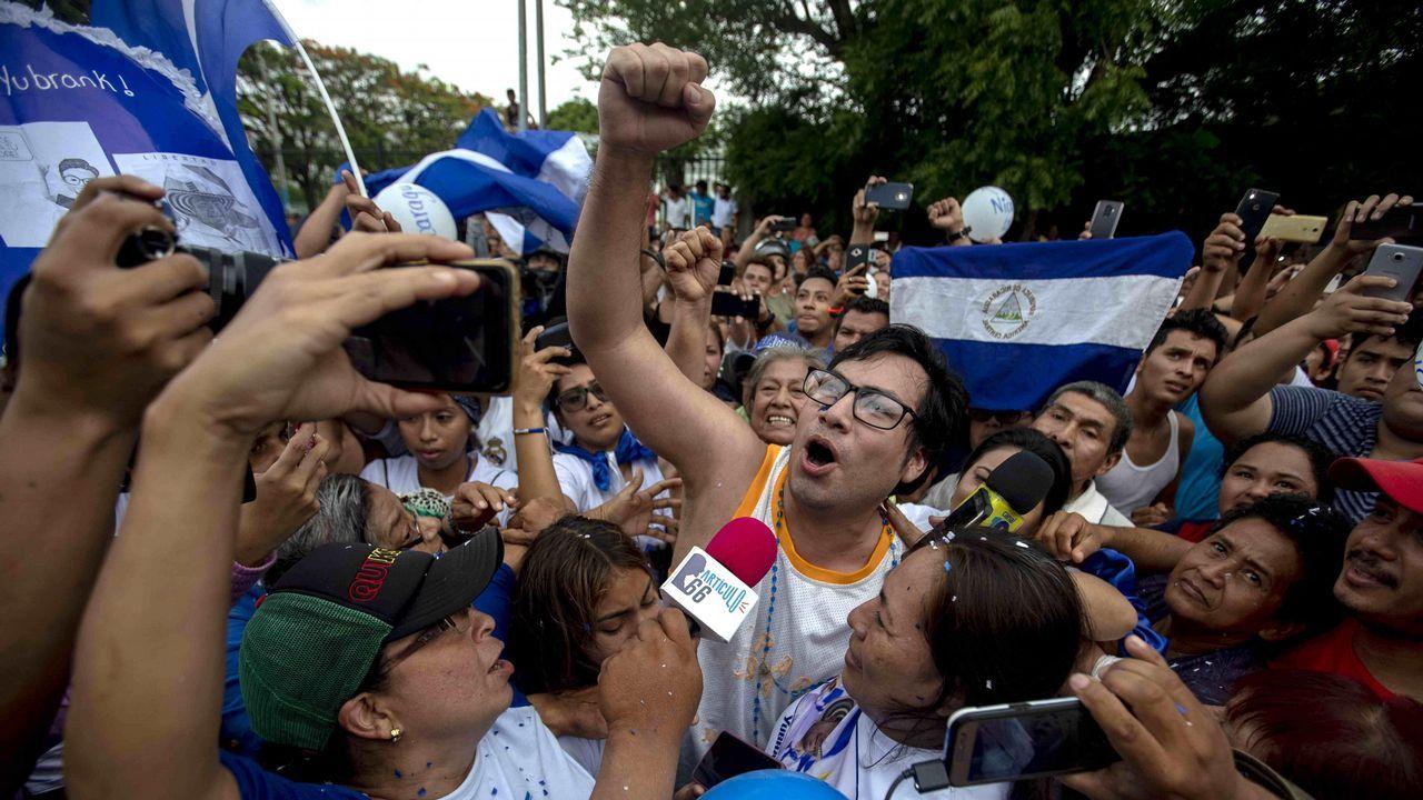 El líder opositor Yubrank Suazo grita «Justicia» a la multitud que lo recibió tras ser liberado