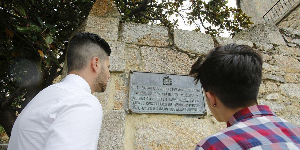 La placa está situada en la entrada al castillo.