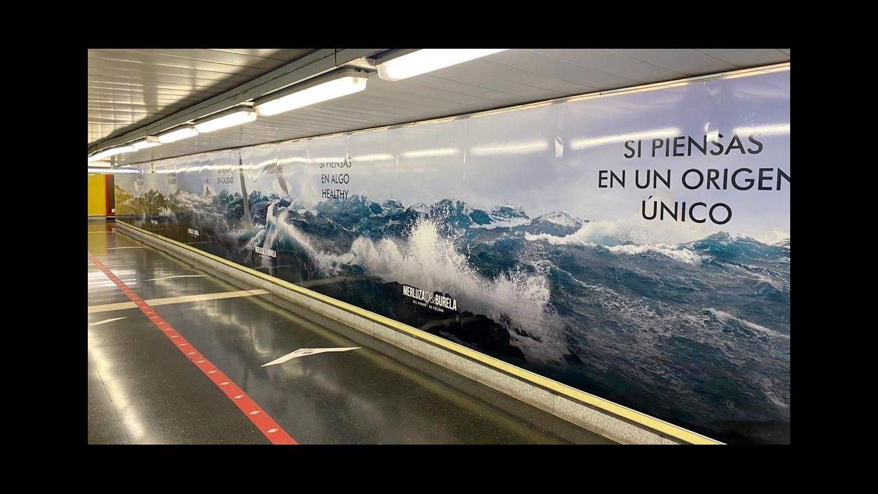 Uno de los carteles gigantes de la campaña promocional impulsada en el metro de Madrid por la Organización de Productores Pesqueros de Lugo, en colaboración con Armadores de Burela