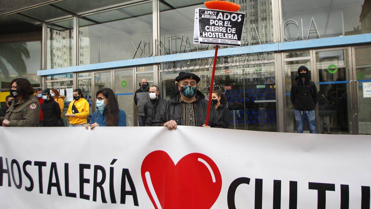 Reabre la hostelería en A Coruña.Los hosteleros se concentraron frente al Edificio Administrativo de la Xunta, en Monelos
