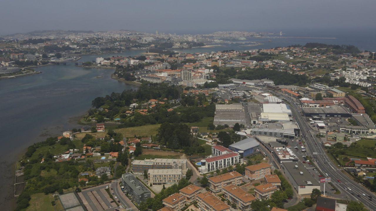 Vista aérea de Oleiros con A Coruña al fondo. Imagen de archivo