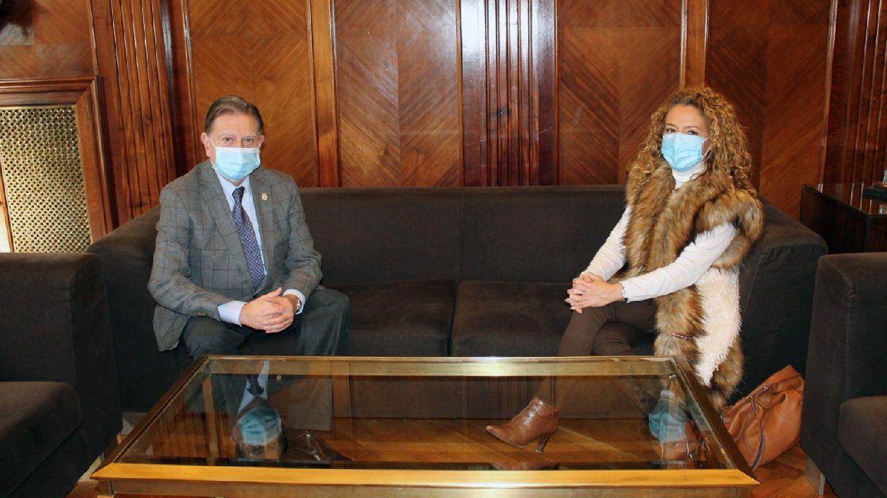 Vacunación en el centro de salud de Viveiro.El alcalde de Oviedo, Alfredo Canteli, y la presidenta del PP de Asturias, Teresa Mallada