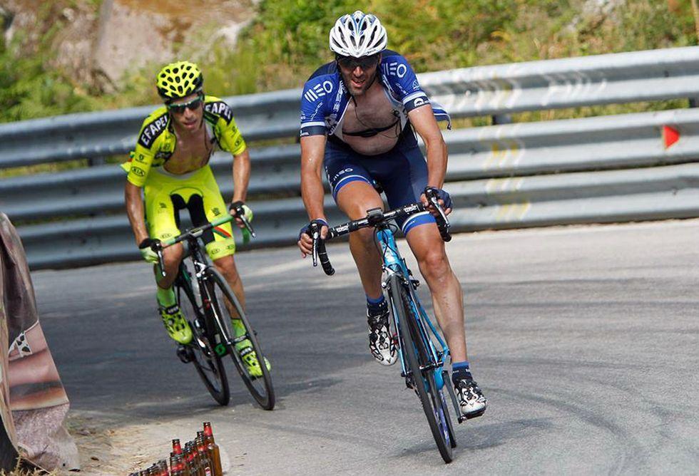 Gonzalo Rabuñal posa para El Comarcal con dos de los elementos que han marcado su vida y su carácter: la bicicleta y los aperos de jardinería