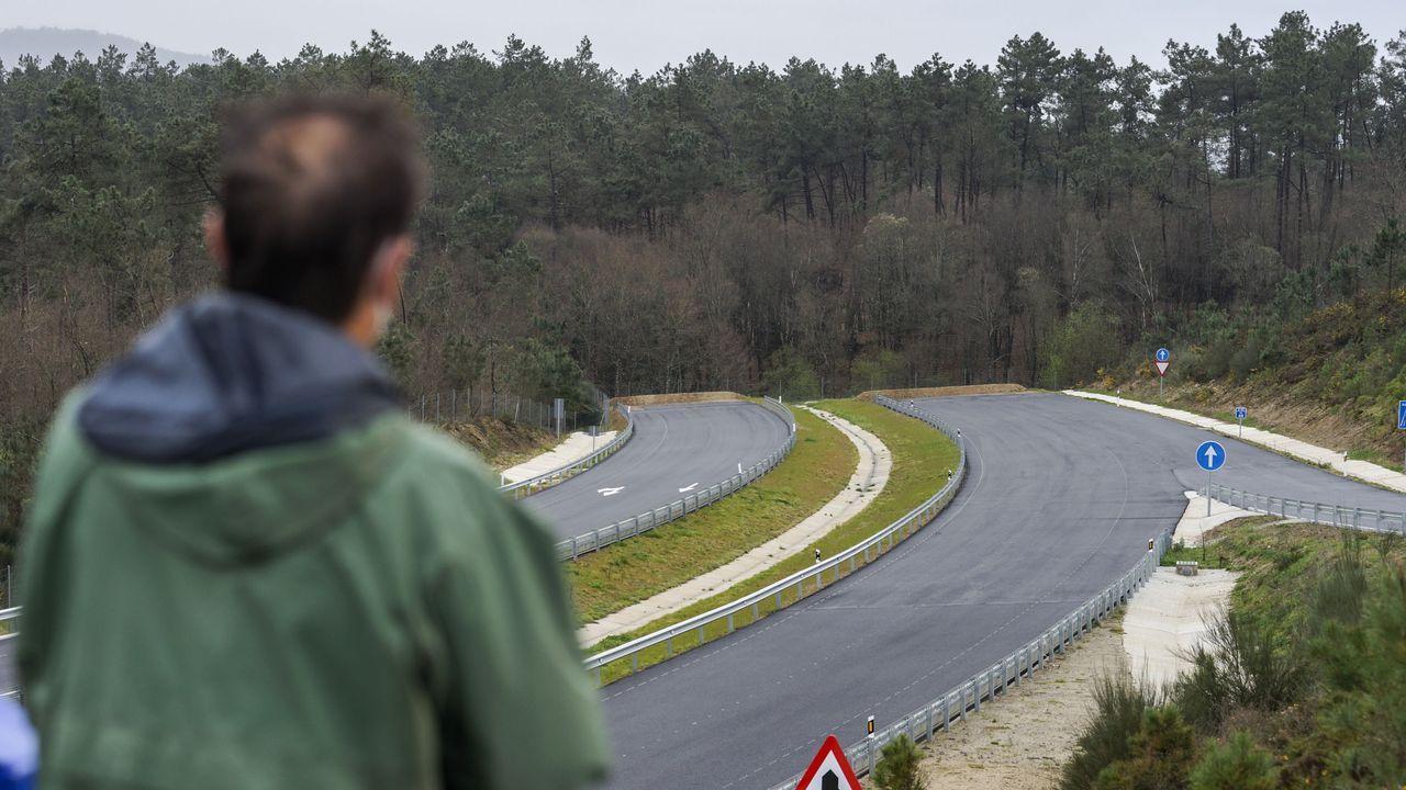 El enduro de Piñor abre la liga gallega de moto de campo.De la A-56, entre Lugo y Ourense, solo está en servicio un tramo de 8,8 kilómetros. En Vilamarín (en la foto) se ejecutaron 400 metros antes de paralizarse las obras