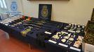 Droga y armamento hallado durante la redada.