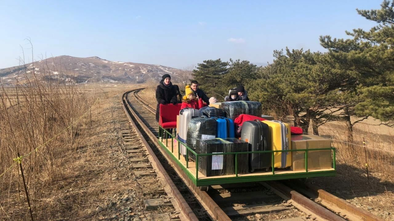 Un diplomático ruso, junto a su familia, en su viaje de salida de Corea del Norte