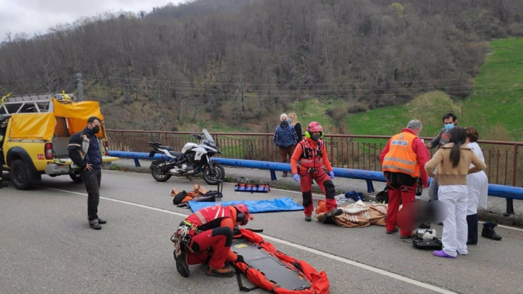 Un abogado de Oviedo recibe una brutal paliza de un maltratador.Los equipos de emergencia atendiendo al motorista herido