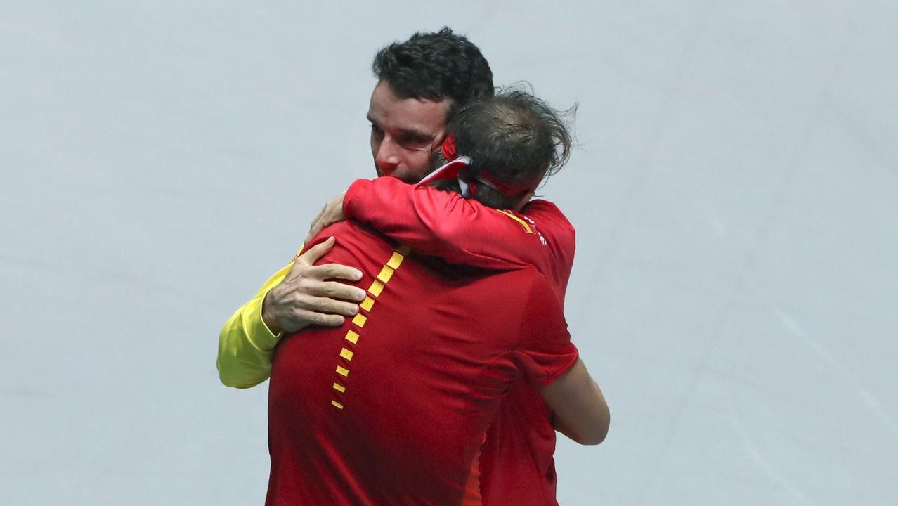 Nadal se abraza a Bautista tras vencer a Shapolalov y conquistar la Copa Davis