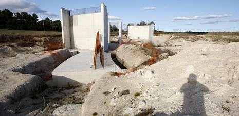 Imagen de las obras paralizadas desde el 2008 del tramo de la autovía Lugo-Ourense en Carballedo.