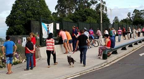 Varias personas acudieron ayer por la tarde al puente que cruza la vía del tren en Angrois para ver el lugar del accidente.