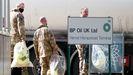 Unos doscientos militares del Ejército británico, la mitad de ellos conductores, han empezado este lunes a transportar combustible a las gasolineras del Reino Unido.