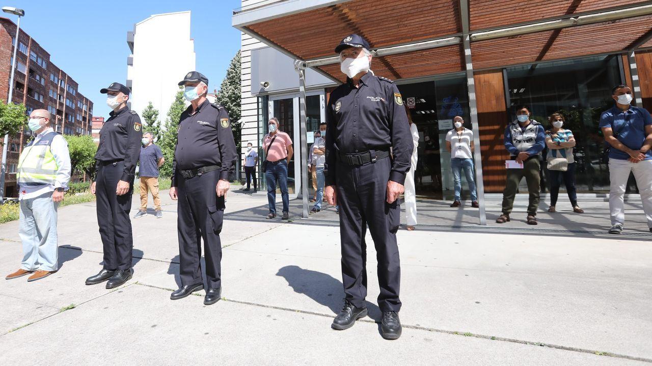 Concentración y minuto de silencio en recuerdo de las víctimas del coronavirus en la sede de la Policía Nacional en Vigo