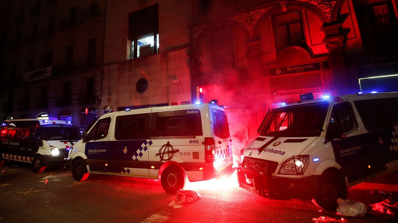 Fuego en un furgón de la Guardia Urbana, en los disturbios del sábado por la noche en Barcelona