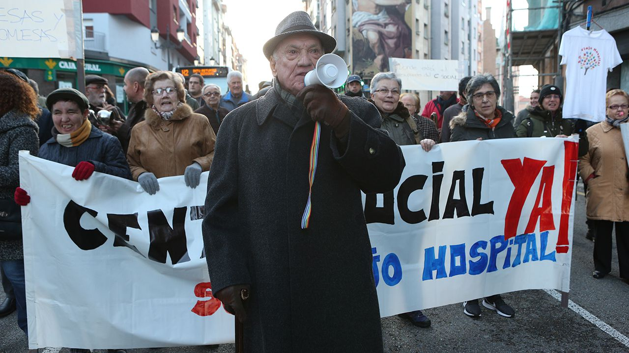 Manifestación de los vecinos de El Cristo para exigir la construcción de un centro social en el barrio