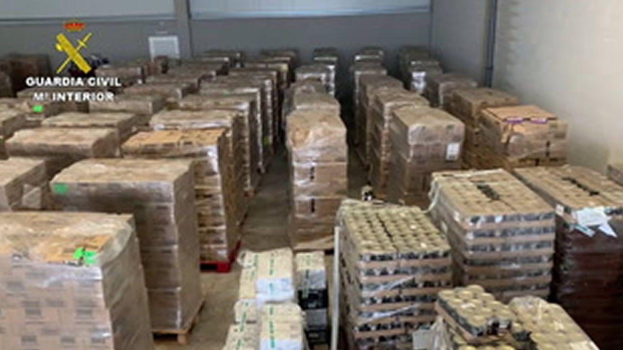 Decomisan 176 toneladas de alimentos en mal estado de la Fundación Amigos de Galicia.Nidos de cigüeña en la espadaña de la iglesia de la parroquia de Ribas Altas, en Monforte